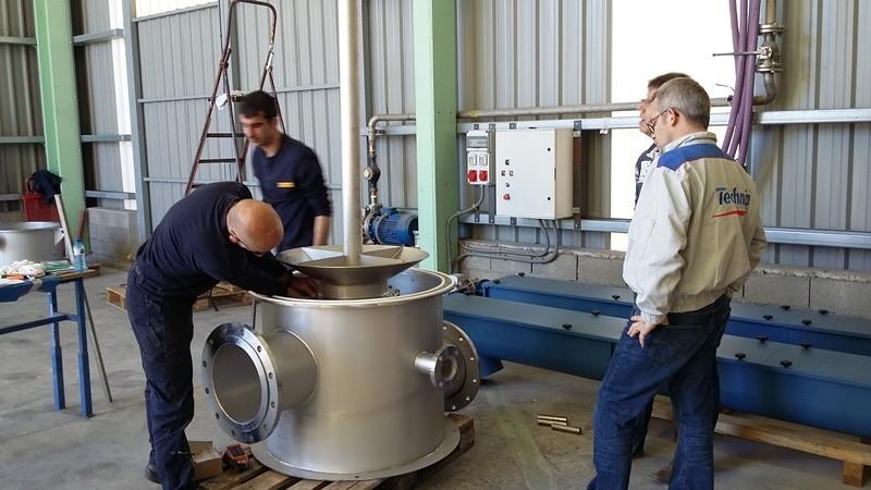 Técnicos de TECHNIP realizan la inspección final de equipos