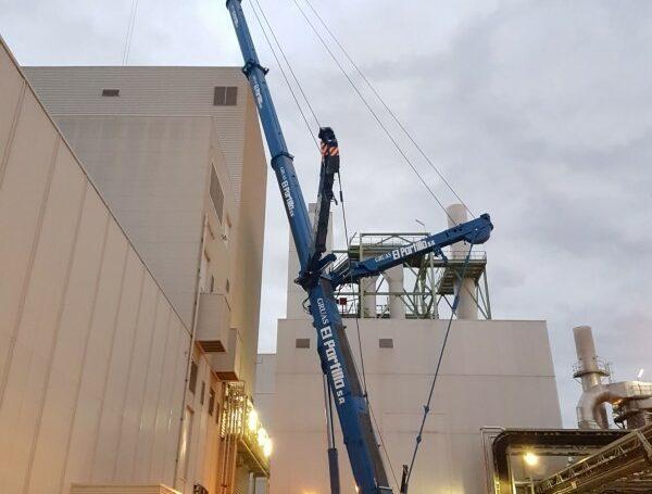 Trabajos de instalación de una nueva máquina en Syral.