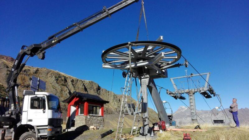Des travaux de montage de roue en station de ski